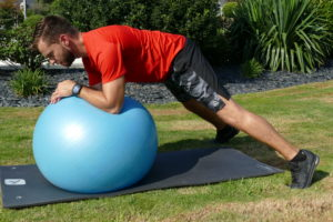 renforce les muscles profonds, qui protègent les disques intervertébraux et donc, la colonne vertébrale. prévient les maux de dos,